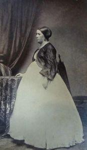 Foto rara de uma mulher grávida de 1860.