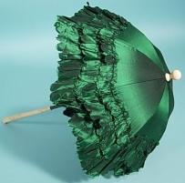 Parasol de seda verde com drapeados sobre haste de osso esculpido dobrável, 1880.
