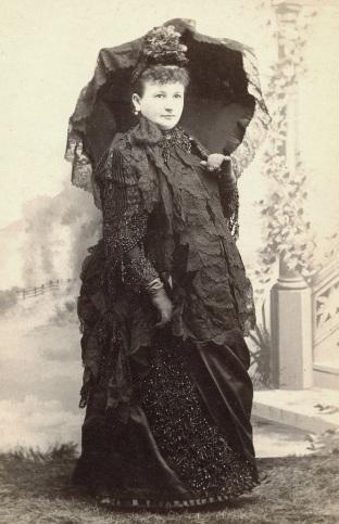 Foto rara de uma mulher grávida de meados de 1880 posando sozinha para uma foto.