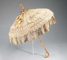 Parasol cheio de rendas e babados, 1885.