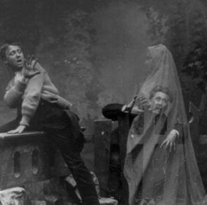 Montagens fotográficas mostrando 'fantasmas' eram abundantes. Essa é do ano de 1889.