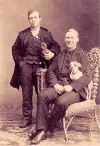 Um site ironiza o fato de que chihuahuas já eram preferidos por casais homossexuais no século 19.