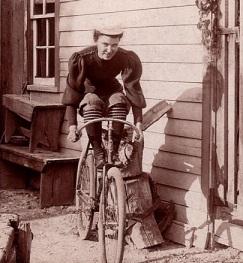 Uma senhora pronta para andar de bicicleta em 1900.
