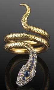 Serpente de ouro com safiras e e diamantes.