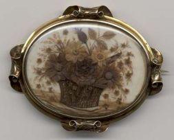 """Broche de luto. No verso é possível ler """"Em memória de Caroline Henrietta"""". 1863."""