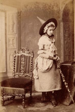 Jovem com fantasia de bruxa no início do século 19.