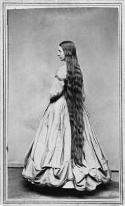 No Estados Unidos, por volta de 1865, uma mulher posa para mostrar seu cabelo longo.