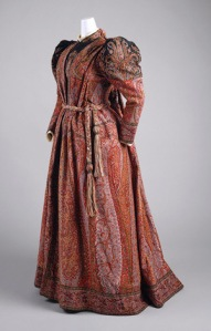"""Conhecido como """"vestido de chá"""", usado de manhã, também era comum para gravidas."""