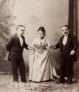 Primo Magri (à esquerda) com Lavinia Warren e Baron Magri (à direita) em 1885