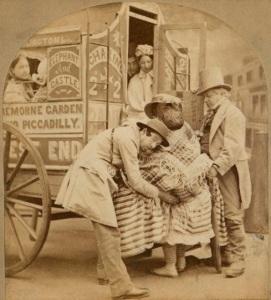 Dois homens ajudam uma mulher usando crinolina a entrar em um ônibus.