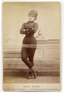 Em 1890, Dolly Addams usa um figurino apertado e curto.