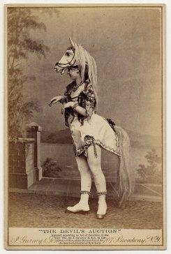 Eliza Blasina usa, em 1867, um figurino de cabeça de cavalo com um rabo e sinos.