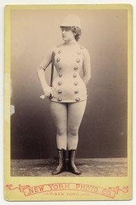 Mlle Conalba usando uma paródia de um uniforme militar em 1890.