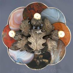 Pingente de origem escocesa contendo ágatas multi-coloridas e três pérolas.