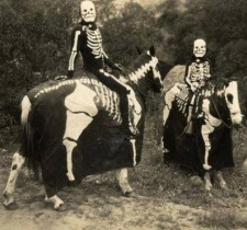 Possivelmente pai e filho posam como 'esqueletos'.