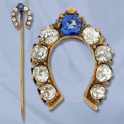 Alfinete com uma ferradura de safira e diamantes.