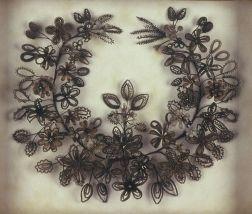 Guirlanda de flores feitas de cabelo.