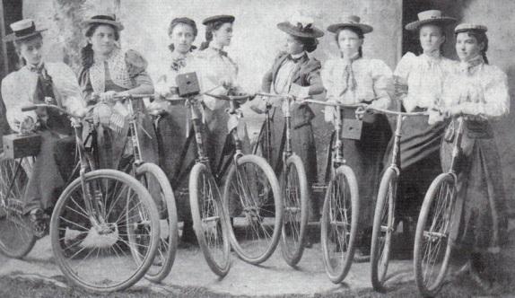 Grupo de mulheres posam para uma foto em 1889 com suas bicicletas.