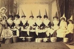 Grupo de mulheres fantasiadas de bruxas.