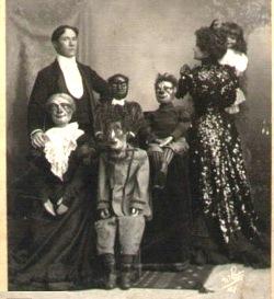 Família posa para uma foto de Halloween.