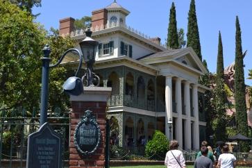 """A mansão mal-assombrada da Disney conta também com """"fantasmas"""" vitorianos."""