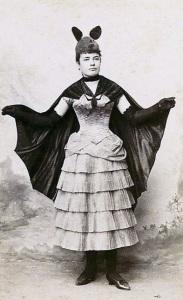 Mulher com fantasia de morcego em 1880.
