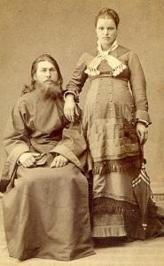 Um padre de Moldova e sua esposa grávida, 1870.