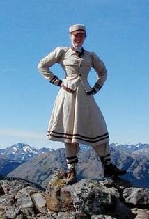 Sarah usa um vestido inspirado em Fay Fuller, a primeira mulher a escalar o Monte Rainier.