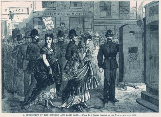 29 de Abril de 1870: uma multidão excitada olha as duas damas sendo levadas para o tribunal na manhã de sua prisão no Teatro Strand.