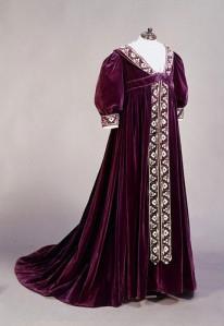 """Outro modelo de """"vestido de chá"""" de 1895-1900. Embora fosse preferido por grávidas, não eram necessariamente usados só por elas."""