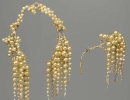 Francês, usado na América, metade do século 19. O ramalhete à direita teria sido usado no ombro do vestido.