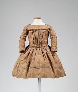 Vestido de criança da década de 1840.
