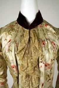 Jabot de um vestido de 1880, com uma tira de cetim ao redor do pescoço.