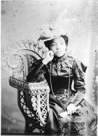 Mulher desconhecida por volta de 1890.