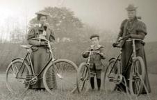 Duas mulheres e um menino com suas bicicletas.
