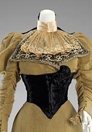 Jabot de um vestido de 1896-1899, com uma fita de cetim ao redor do pescoço.