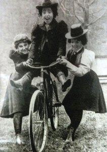 Adolescentes mostram seu desprezo pelas convenções. 1895.