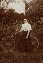 Mulher com sua bicicleta, 1896.