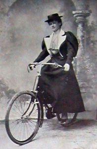 Lady Norreys e sua bicicleta, 1897.