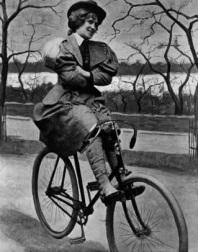 Uma mulher se senta na sua bicicleta, 1897.