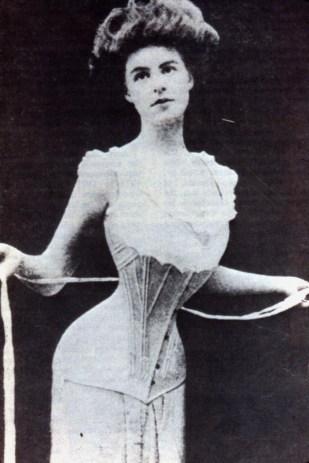 Mulher com corpete em 1900.