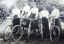 Grupo de mulheres e suas bicicletas, 1901.