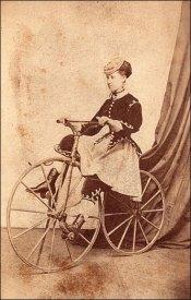 Senhora usando roupas de equitação em sua bicicleta, 1869.