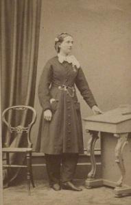 Amelia Bloomer posa com as calças popularizadas por ela.