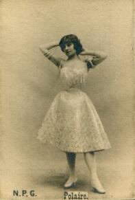 Polaire usando um vestido curto e sem mangas entre 1895 - 1898.