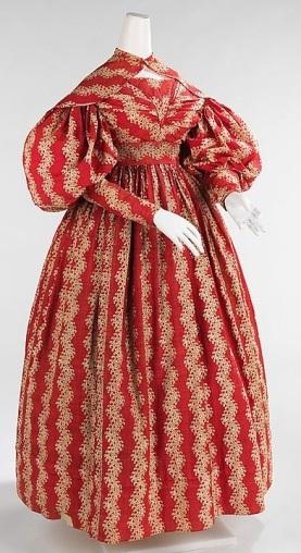 Vestido de 1830, que mostra o estilo de transição entre a silhueta do Império e Romântica.