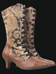 Botas inspiradas no período vitoriano.