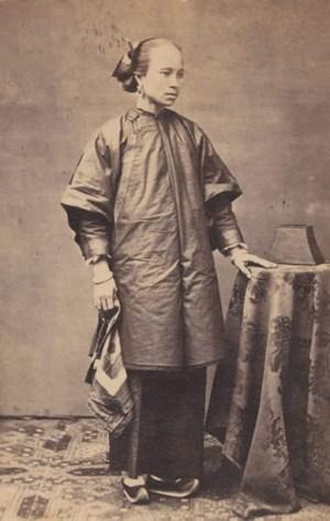 Mulher desconhecida posa para uma foto no século XIX.