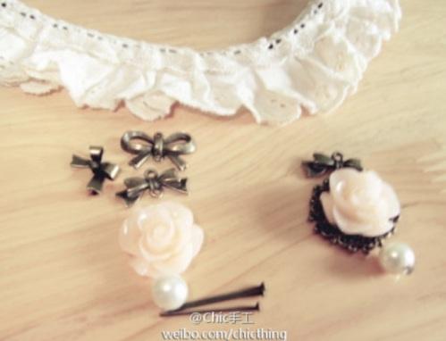 Depois, basta passar o colar dentro da renda menor (ou costurá-la nele), e colocar os ornamentos escolhidos no centro do colar!