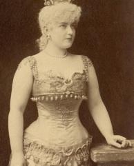 Atrizes e cantoras burlescas, como Lillian Russell, abusavam dos corpetes.